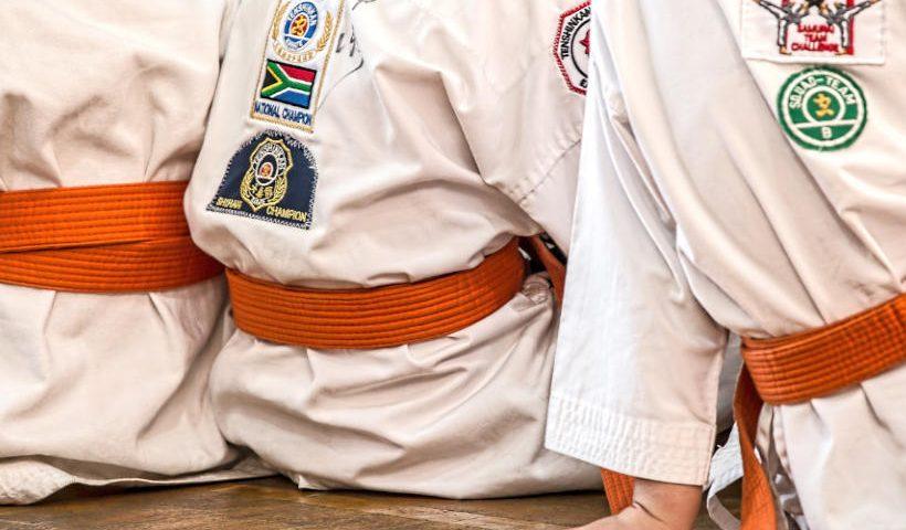 Dorso de jovenes practicantes de artes marciales