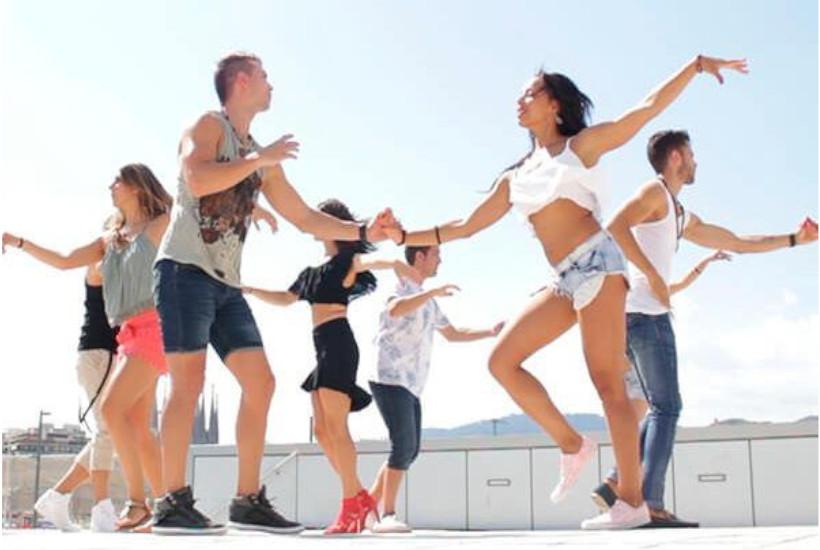 Jovenes bailando salsa
