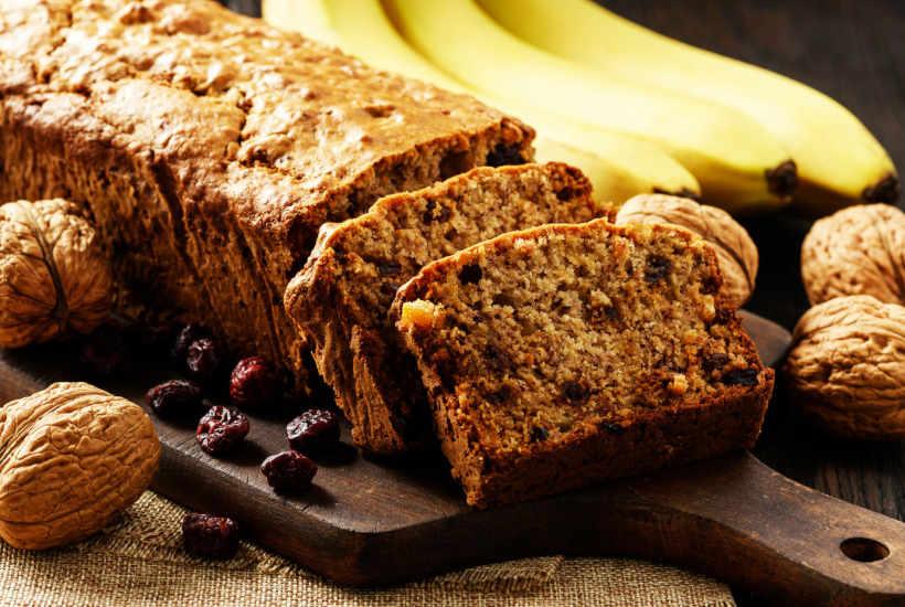 Pan de banana con nueces y uvas secas