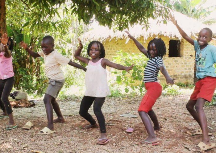 Niños africanos bailando Jeruzalema