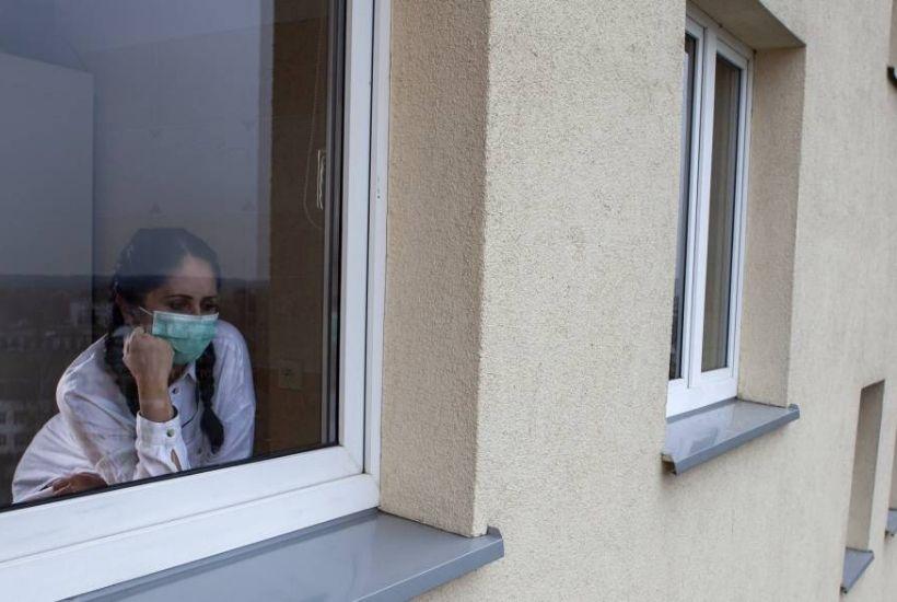 Mujer mirando por ventana