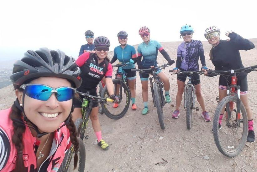 Jovenes latinoamericanos en bicicleta