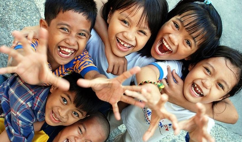 Niños latinoamericanos riendo